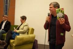 Volker präsentiert das Kreis-Programm, das von Katha sehr gelobt wird
