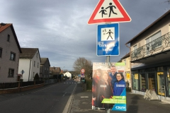 Ablenkung von zwei wichtigen Schildern vor einer Schule